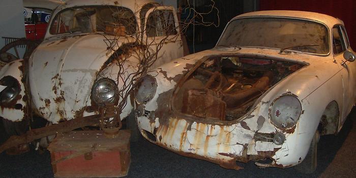 VW Käfer und Porsche 356 im langjährigen rostigen Winterschlaf